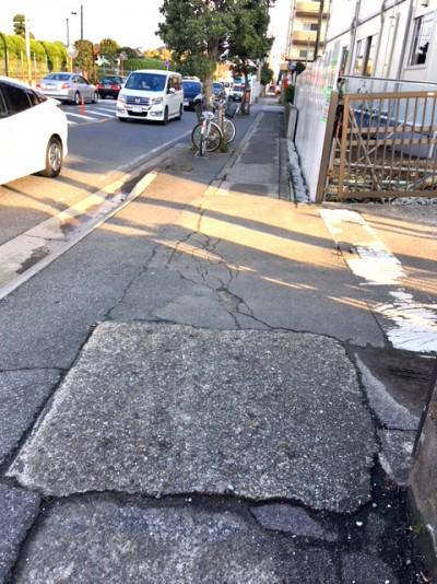 市川警察の前の歩道1